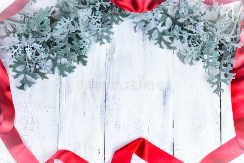 Fondo de madera de la Navidad con la rama de la nieve Visión superior con el espacio de la copia para su texto fotos de archivo