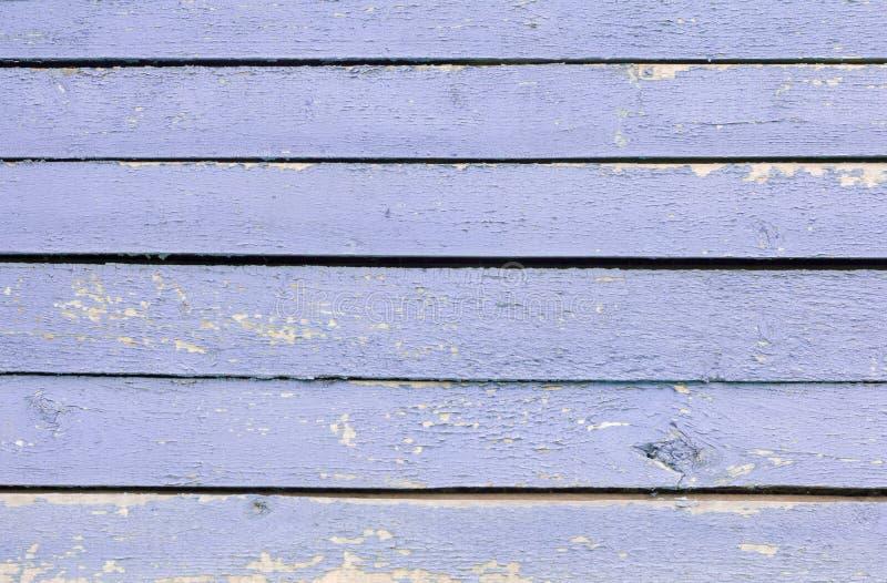 Fondo de madera, pared de madera azul, con los agujeros y la pintura resistida fotos de archivo libres de regalías