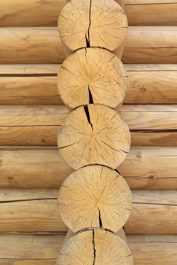 Fondo de madera rústico de la textura de Brown fachada de una cabaña de madera, espacio de la copia imágenes de archivo libres de regalías