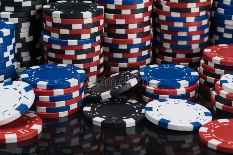 Fondo de muchas fichas de póker multicoloras fotos de archivo