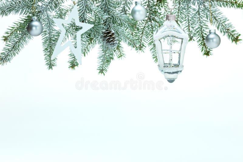 Fondo de Navidad con rama de abeto, linterna decorativa de vidrio, estrellas, pelotas y cono de pino fotos de archivo libres de regalías