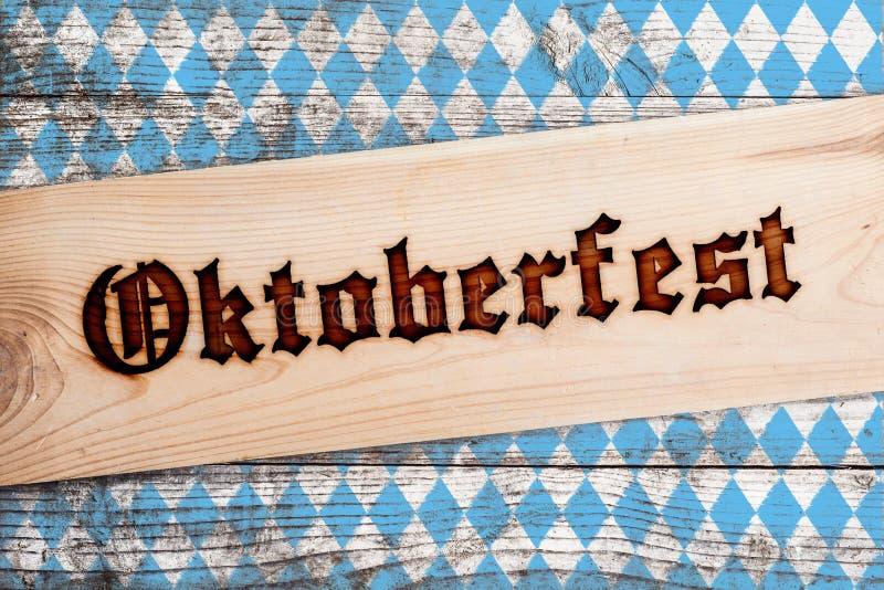 Fondo de Oktoberfest con el modelo azul y blanco del Rhombus foto de archivo libre de regalías