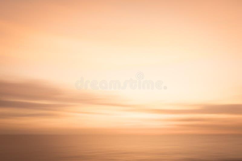Fondo de oro abstracto del cielo de la puesta del sol y de la naturaleza del océano fotografía de archivo
