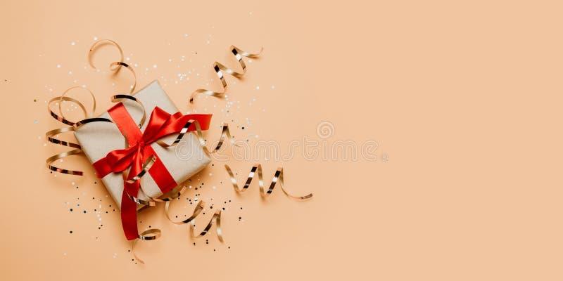 Fondo de oro de papel hecho a mano 2020 de las chispas de las cajas de regalo de la celebración del día de fiesta de Navidad con  foto de archivo