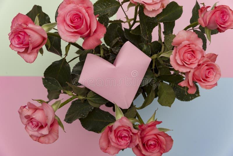 Fondo de papel de la cesta de la rosa y de la flor del corazón, flores de las rosas de la papiroflexia del vintage Forma del cora foto de archivo libre de regalías