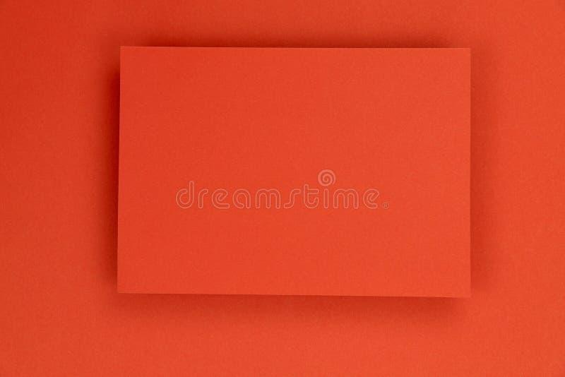Fondo de papel rojo de la textura con el marco en el centro fotografía de archivo libre de regalías