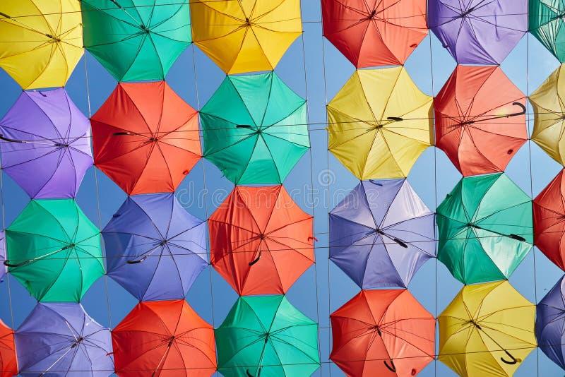Fondo de paraguas coloridos foto de archivo libre de regalías