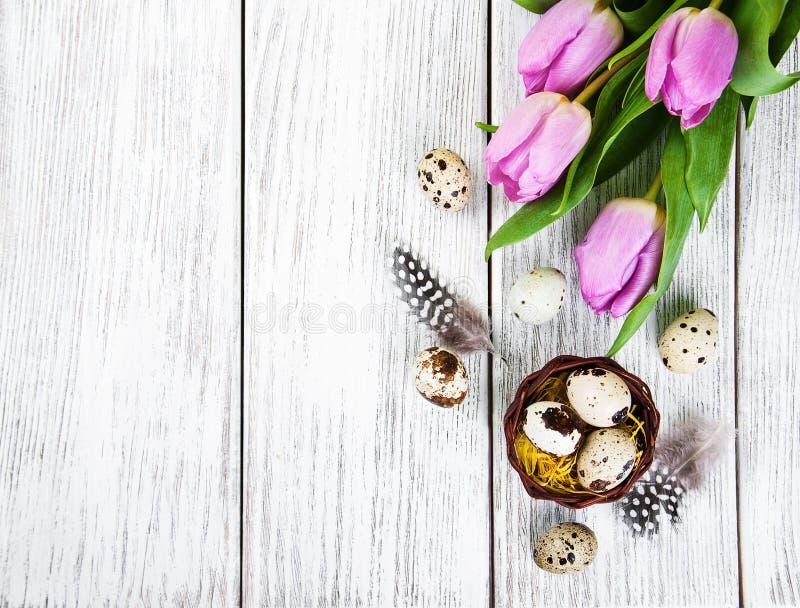 Fondo de Pascua con los huevos fotos de archivo