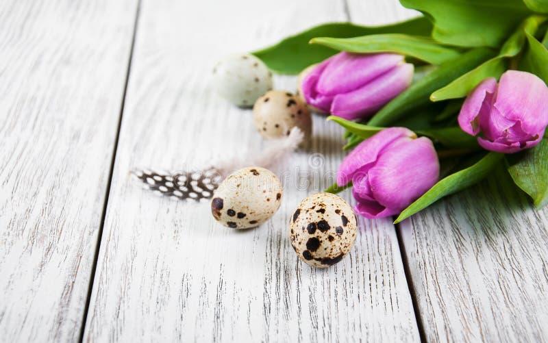 Fondo de Pascua con los huevos imagenes de archivo
