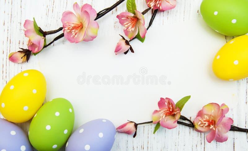 Fondo de Pascua con los huevos de Pascua foto de archivo