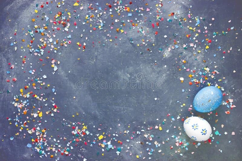 Fondo de Pascua con los huevos pintados y el eggshel machacado colorido imagen de archivo
