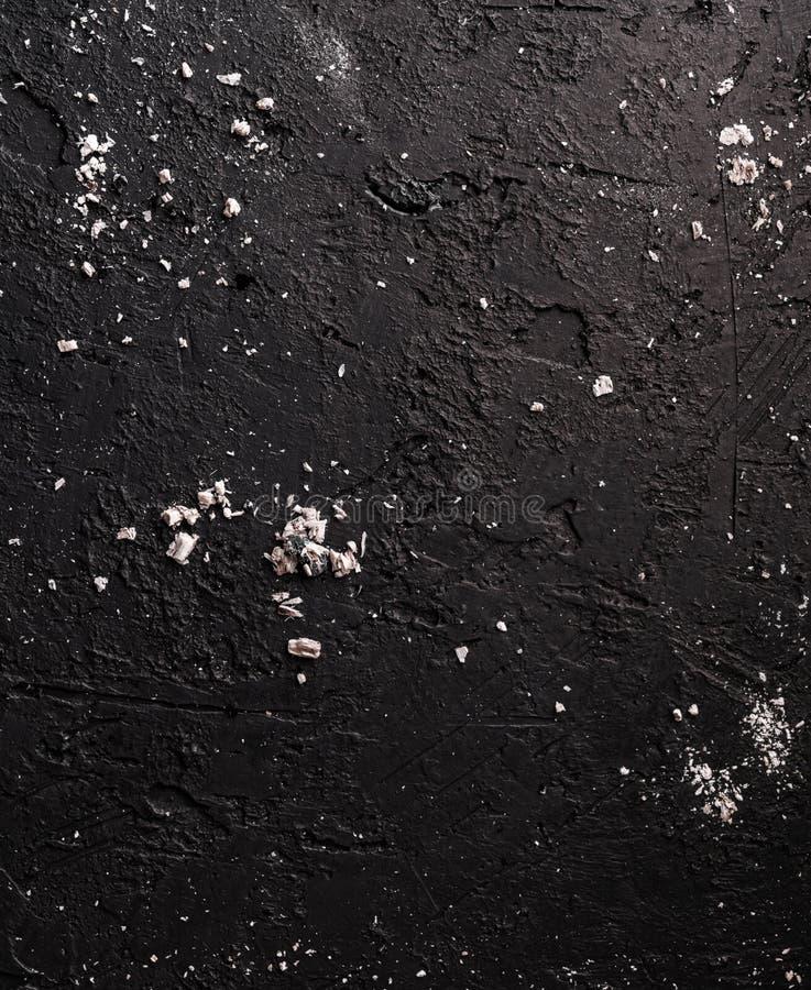 Fondo de piedra negro con los carbones y las cenizas, textura gris del cemento Visi?n superior, endecha plana imágenes de archivo libres de regalías