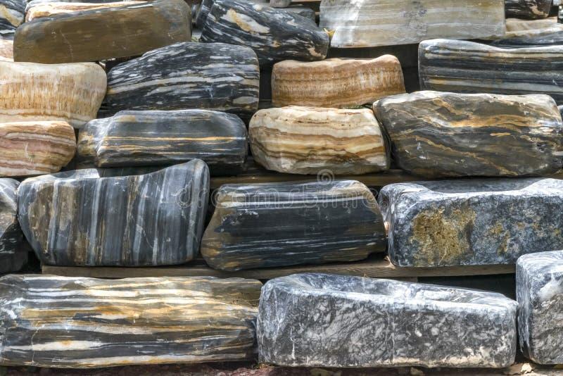 Fondo de piedra rayado grande de la pila de los guijarros Material decorativo ambiental natural Pared de piedra fotografía de archivo libre de regalías