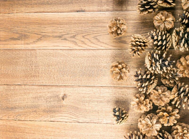 Fondo de Pinecones o textura de los conos del pino en la madera foto de archivo
