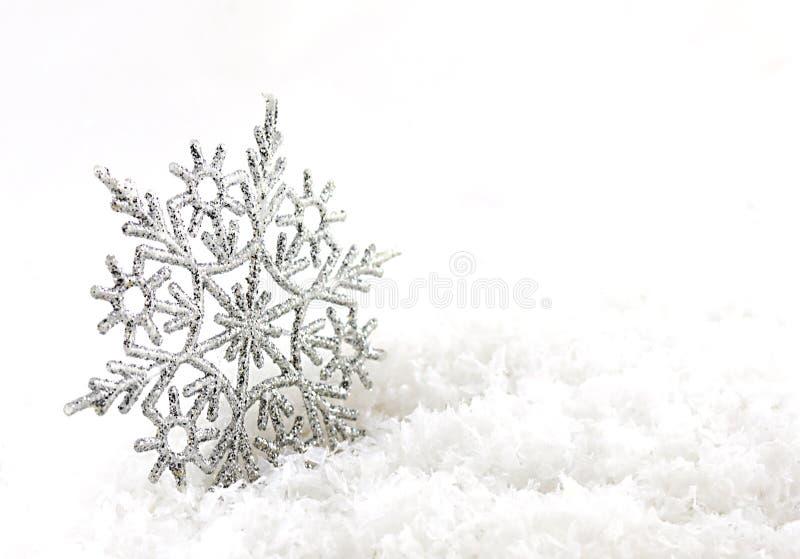 Fondo de plata de la Navidad con los copos de nieve fotos de archivo