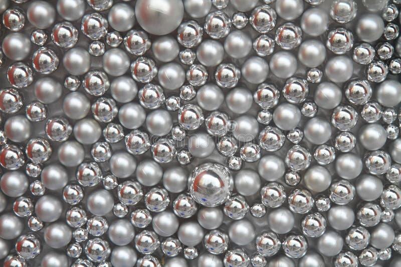 Fondo de plata de las bolas de la Navidad imagenes de archivo