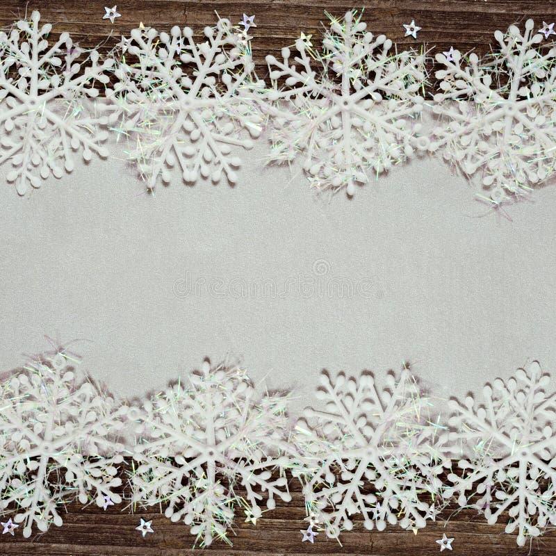 Fondo de plata del invierno con los copos de nieve foto de archivo
