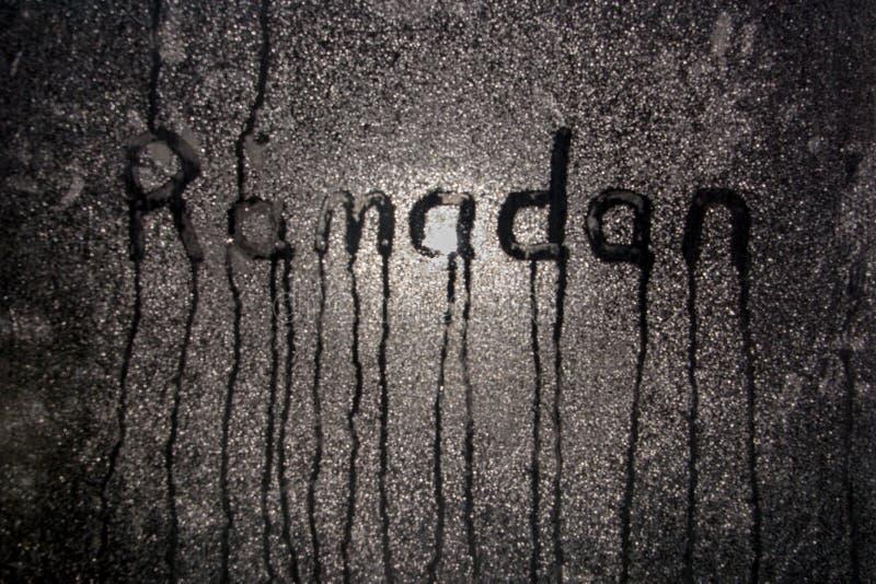Fondo de Ramadan Kareem Ventana misted noche con la inscripción el Ramadán fotos de archivo libres de regalías