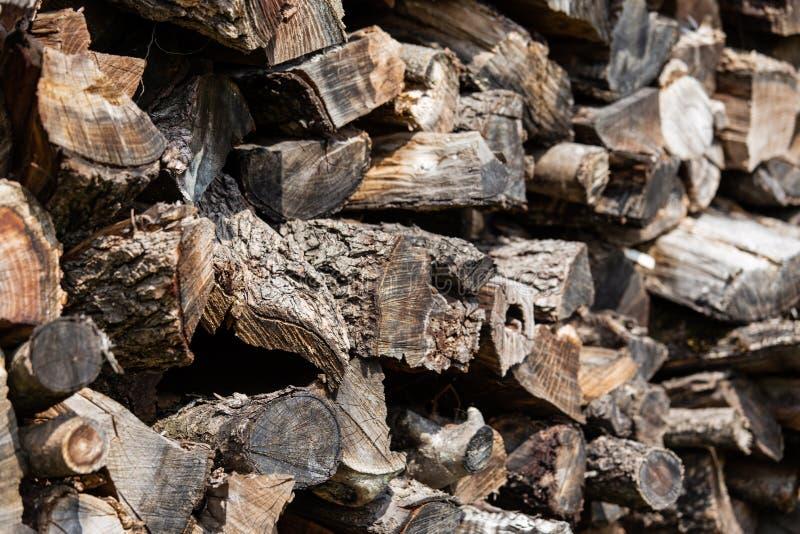 Fondo de registros de madera apilados de la vieja pu?alada marr?n fotografía de archivo libre de regalías