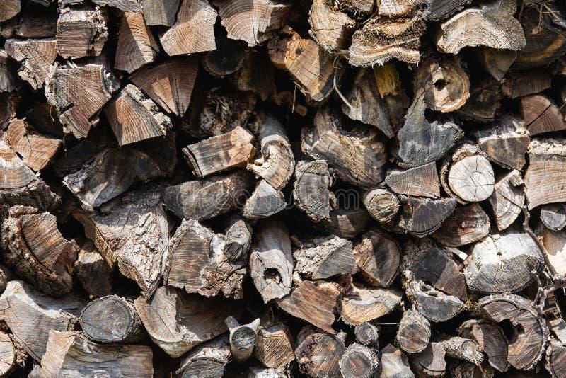 Fondo de registros de madera apilados de la vieja pu?alada marr?n imágenes de archivo libres de regalías
