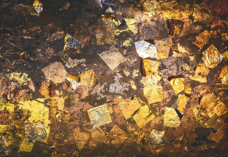 Fondo de textura de hoja de oro sobre la estatua de Buda en el templo de Tailandia imagen de archivo libre de regalías
