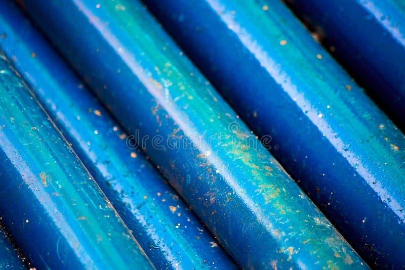 Fondo de tubos oxidados azules, foco suave imagen de archivo libre de regalías