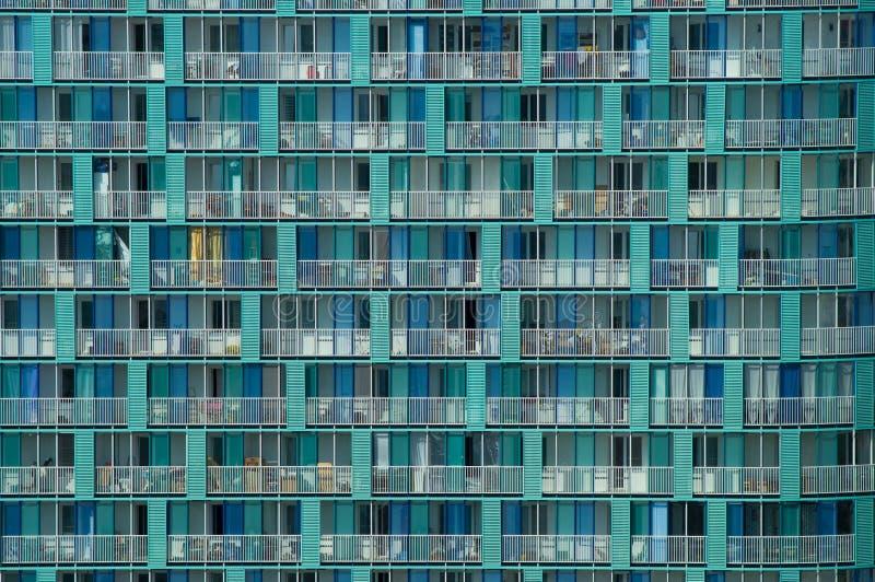 Fondo de una textura moderna de la arquitectura de una pared del rascacielos con los balcones y las ventanas fotos de archivo