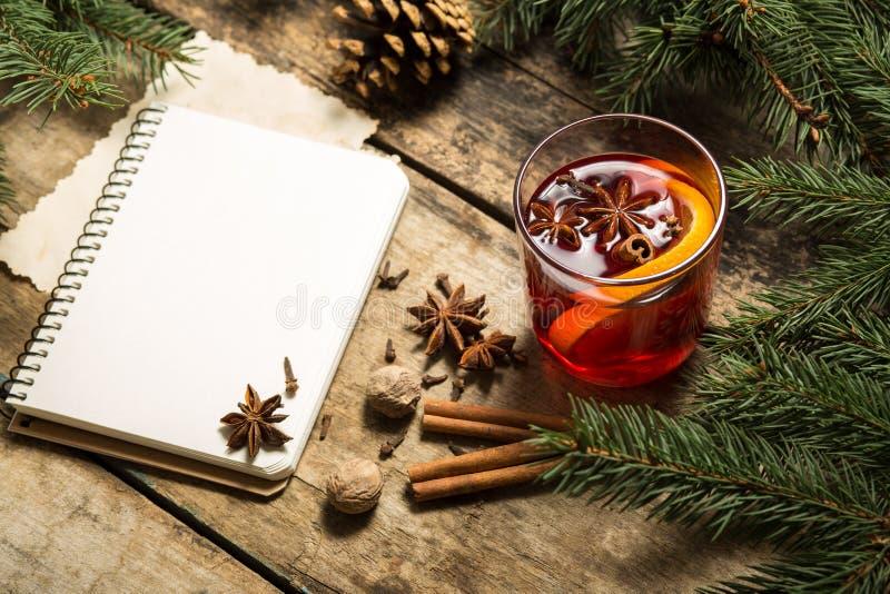 Fondo decorativo de la Navidad con la bebida caliente tradicional fotos de archivo