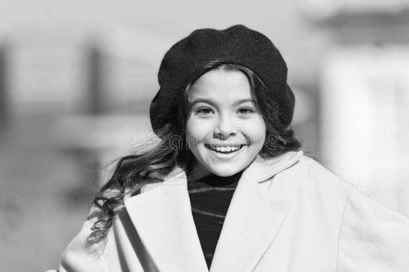 Fondo defocused del paseo adorable del ni?o de la muchacha La muchacha de moda disfruta del paseo en d?a de primavera soleado Boi fotos de archivo libres de regalías