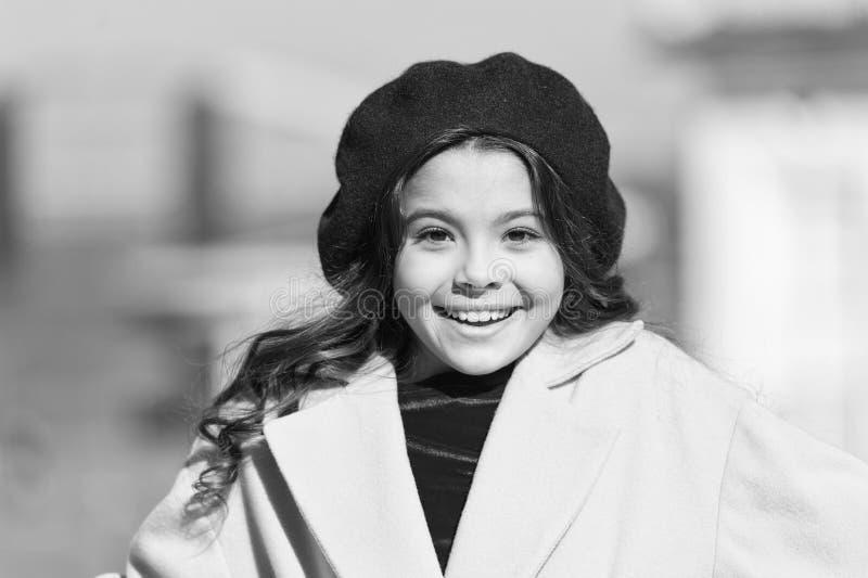 Fondo defocused della passeggiata adorabile del bambino della ragazza La ragazza alla moda gode della passeggiata il giorno di mo fotografie stock libere da diritti
