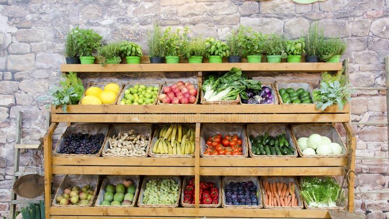 Fondo degli scaffali degli ortaggi da frutto fotografia stock libera da diritti