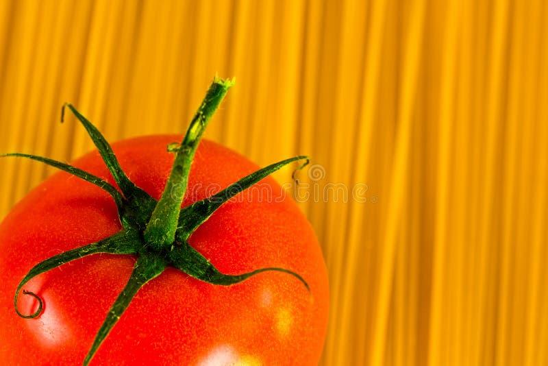 Fondo degli spaghetti con il pomodoro fotografia stock