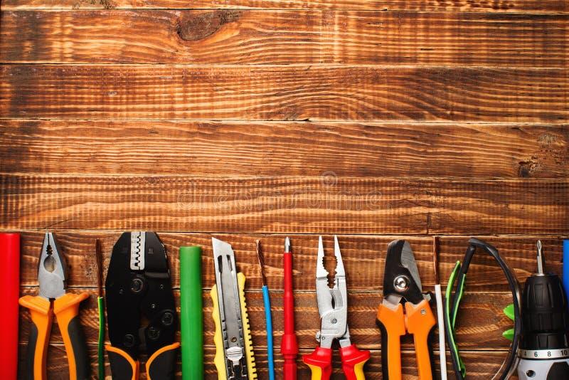 Fondo degli strumenti professionali dell'elettricista con spazio per testo fotografie stock libere da diritti
