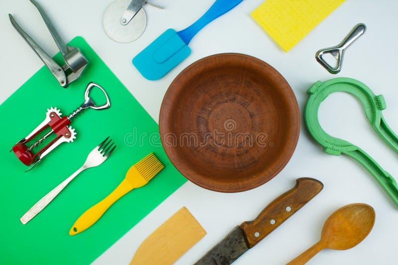 Fondo degli utensili della cucina sul tavolo da cucina di legno bianco Strumenti Vista superiore fotografie stock libere da diritti