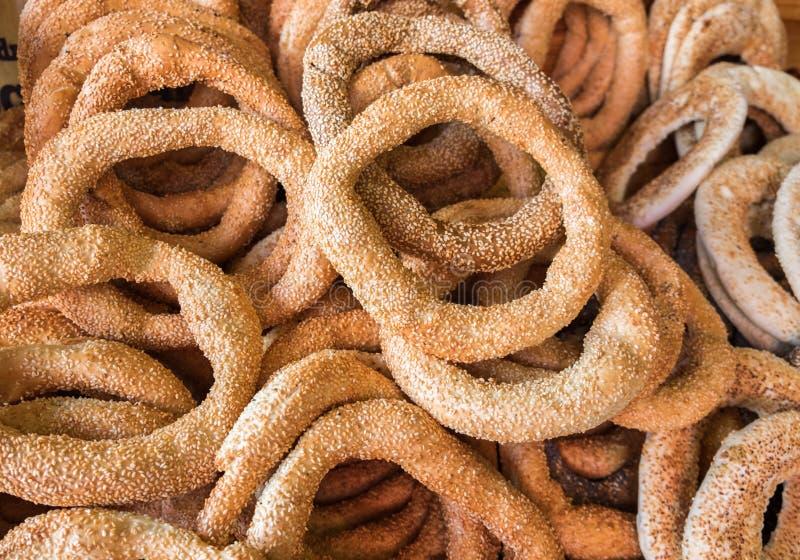 Fondo dei bagel freschi del sesamo da vendere al mercato degli agricoltori immagini stock libere da diritti