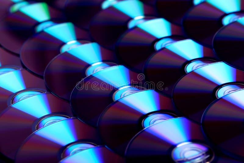 Fondo dei compact disc Parecchi Blu ray disc del dvd del CD Archiviazione di dati digitale registrabile o rewritable ottica immagine stock libera da diritti
