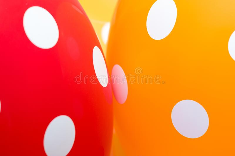 Fondo dei palloni rossi, arancio e gialli con i cerchi bianchi su loro L'immagine ottimista, il simbolo di felicità e immagini stock