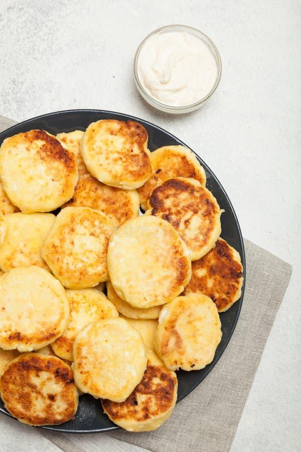 Fondo dei pancake della ricotta Piatto casalingo immagini stock