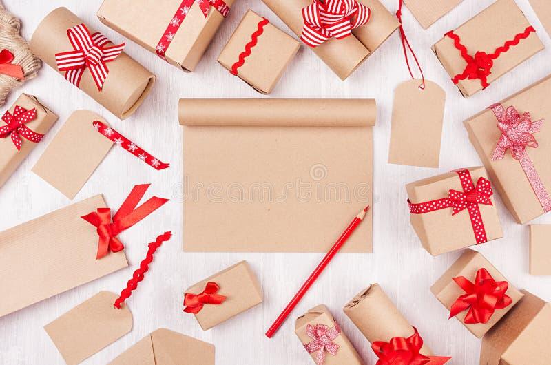Fondo dei regali di celebrazione con carta in bianco e la matita rossa, presente differenti con gli archi rossi divertenti sulla  fotografie stock
