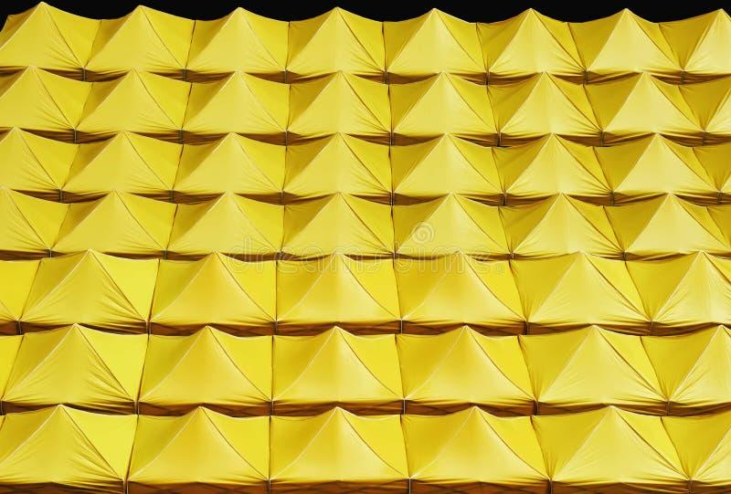 Fondo dei tetti gialli della tela isolati sul nero fotografie stock