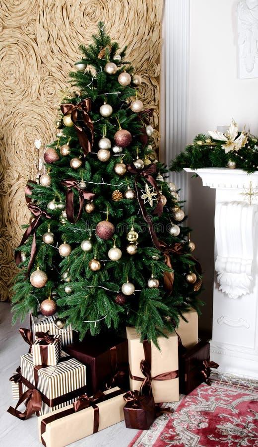 Fondo del árbol de abeto de la Navidad y de las cajas de regalo en la Navidad tim fotos de archivo