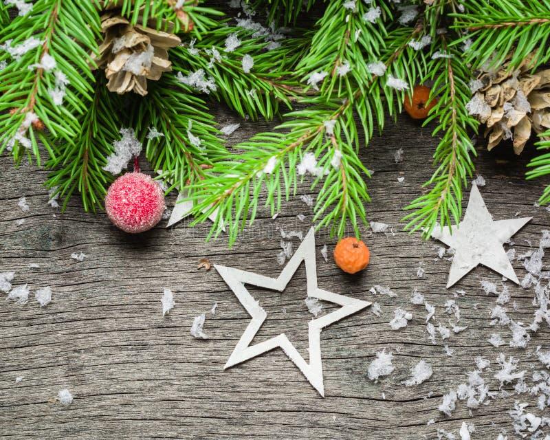 Fondo del Año Nuevo y de la Navidad en un viejo fondo de madera gris Visión desde arriba Ramas y nieve de árbol de navidad, regal imágenes de archivo libres de regalías