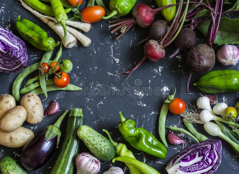 Fondo del alimento Surtido de verduras frescas del jardín Visión superior imagen de archivo