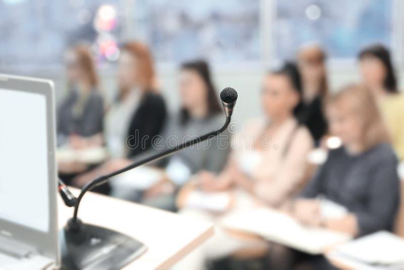 Fondo del asunto imagen borrosa la audiencia en la sala de conferencias imagen de archivo