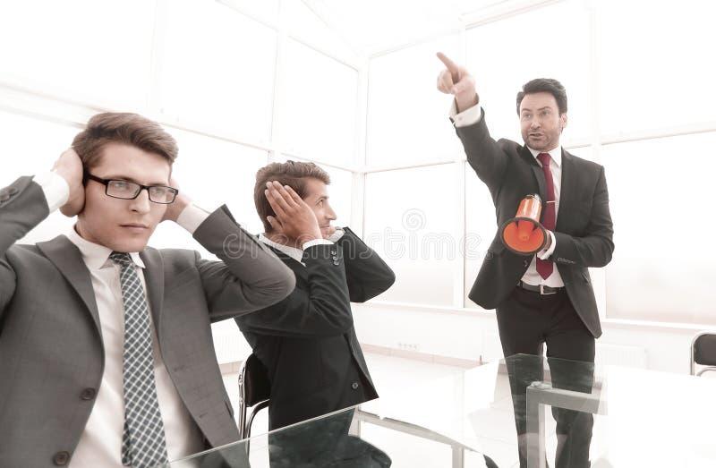 Fondo del asunto los empleados escuchan su jefe imagen de archivo