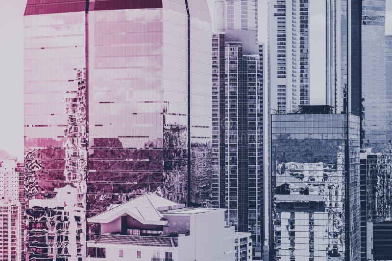 Fondo del bene immobile, facciata moderna della costruzione e ci del grattacielo immagini stock libere da diritti