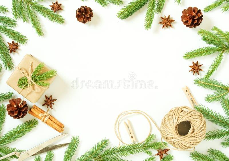 Fondo del blanco de la Navidad y de la Feliz Año Nuevo La caja de la Navidad del regalo, abeto ramifica, tabla de madera, visión  imágenes de archivo libres de regalías