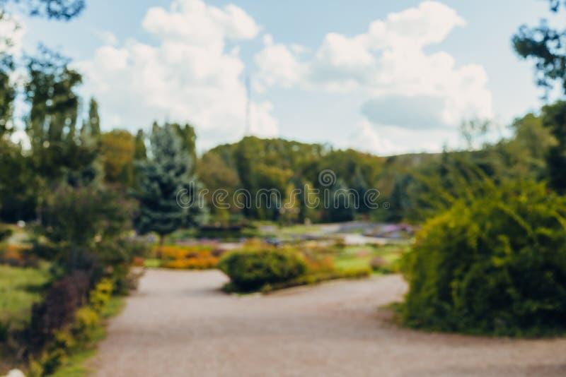 Fondo del bokeh del parco della città del paesaggio della sfuocatura dell'estratto bello con luce solare di giorno fotografia stock