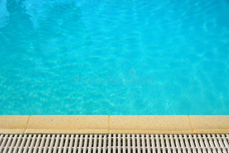 Fondo del borde de la superficie del agua de la piscina imagenes de archivo