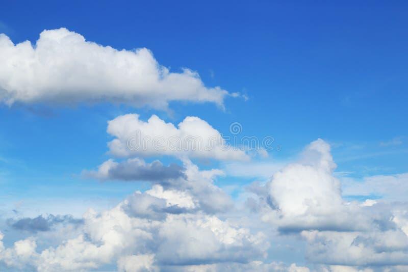 Fondo del cielo azul imagenes de archivo
